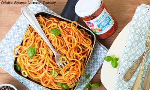 Spaghettis à la sauce tomate, olives vertes et basilic