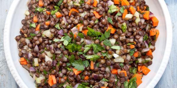Salade d'été aux lentilles réduite en sel